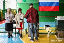 Выборы в Кургане. Курган, избирательный участок, избирательная комиссия, российский флаг, члены избирательной комиссии, наблюдатели, выборы, триколор, флаг россии, школьный спортзал, голосование, урна для голосования