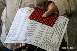Выборы в Кургане. Курган, пенсионерка, кабинка для голосования, избирательный участок, избирательная комиссия, паспорт, выборы, бюллетени, школьный спортзал, голосование