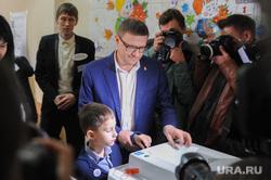 Алексей Текслер на участке для голосования на Едином дне голосования 2019. Челябинск, текслер алексей, выборы губернатора, избирательный участок, выборы2019