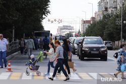 Виды города. Курган, ребенок, коляска, пешеходный переход, пешеходы, дорога, автомобили