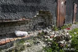 Дом по ул. Ставропольская 1 , который экстренно расселяют.  Тюмень, строительный мусор, трещина, кирпичная кладка, разруха, куча мусора, дыра в стене, ставропольская 1, разрушение жилого дома, старый фундамент