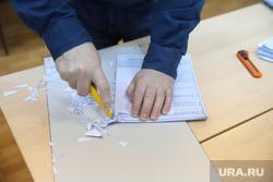 Подсчет голосов. Владивосток. Необр, подсчет бюллетеней, подсчет голосов, бюллетени, обрезка, канцелярский нож