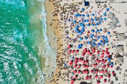 Клипарт unsplash. Aviv Ben Or, отдых, море, туризм, побережье, пляж, песок, курорт, отпуск, зонтики, волны, океан, пляж, вид сверху, путешествие, тур, с квадрокоптера