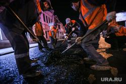 Ночной рейд по ремонту дорог. Екатеринбург, дорожные работы, укладка асфальта, рабочие с лопатами, оранжевые жилеты