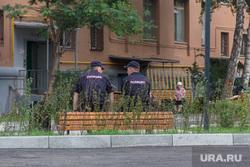 Сквер на проспекте Карла Маркса, 164. Магнитогорск, скамейка, двор дома, полиция, отдых на скамейке