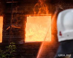Пожар в деревянном доме по улице 8 марта. Екатеринбург, деревянный дом, пожар, тушение пожара