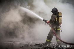 Пожар на улице Карьерной, 30. Екатеринбург, дым, пожарный, брандспойт, тушение пожара, вода из шланга