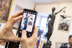 Пресс-конференция по делу Алексея Миронова. Екатеринбург, фемида, скульптура, снимает на телефон
