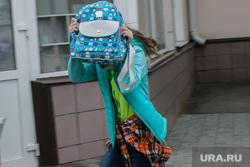 Построение стройотрядов. Курган, школьница, закрытое лицо, девочка с рюкзаком