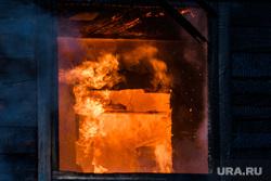 Пожар в деревянном доме по улице 8 марта. Екатеринбург, деревянный дом, пожар, огонь, горящий дом, пламя, дом горит