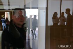 Выставка робототехники. Курган, люди, стеклянные двери, отражение
