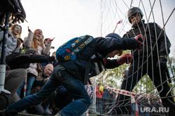 Акция против строительства собора святой Екатерины на Октябрьской площади. Екатеринбург, ребенок, росгвардия, протест, сквер на драме
