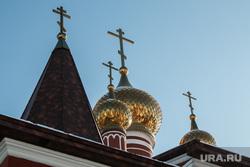 Детский праздник Масленица. Курган, купола храма, кресты, храм, церковь