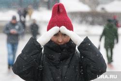 Виды Екатеринбурга, снег, девушка, зима, непогода, шапка, закрывает лицо