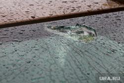 Проиcшествие с машиной и рамой на Карла Либкнехта, 2. Екатеринбург, осколки стекла, разбитое лобовое стекло