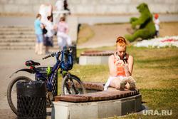 Жара в Екатеринбурге. Фонтан в дендропарке и Плотинка, скамейка, отдых, велосипед, мобильник, лето, гаджет, плотинка