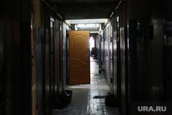 Дом по ул. Ставропольская 1 , который экстренно расселяют.  Тюмень, коридор, мрак, открытая дверь, двери, общежитие, ставропольская 1