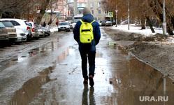 Оттепель,лужи, грязь. Курган, лужа, школьник, мокрый снег, оттепель