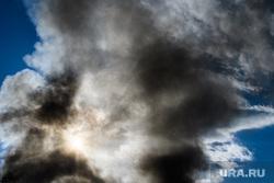 Пожар в цехе изготовления акриловых ванн по адресу Труда, 9а. Екатеринбург, дым, пожар, небо, солнце