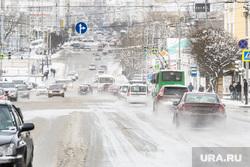 Уборка города после снегопада. Екатеринбург, зима, проезжая часть, снег на дорогах