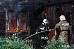 Пожар в деревянном доме по улице 8 марта. Екатеринбург, мчс, деревянный дом, пожар, тушение пожара, пожарные