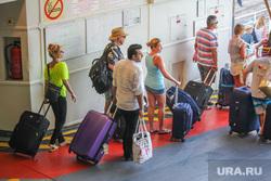 Санторини. Греция, чемоданы, пассажиры, туристы