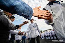 День работников нефтяной и газовой промышленности. Сургут, рукопожатие, ладонь, рука в нефти