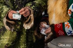 Слет охотников, рыбаков и оленеводов в д.Русскинская,  Сургут  , аборигены, ханты, деньги, рубли, кмнс