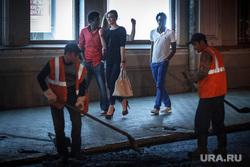 Ночной рейд по ремонту дорог. Екатеринбург, мигранты, дорожные работы, укладка асфальта, афроамериканец, негры, ночная жизнь, социальное неравенство, рабство