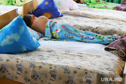 Визит врио губернатора Шумкова Вадима в Альменевский район.  Курган , ребенок, кровать, детский сад, дети, мальчик, лежит, сон час, спит, детский час