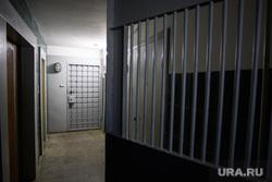 Дом Владимира Пузырева. Екатеринбург, дверь, решетка, подъезд дома, лестничная клетка