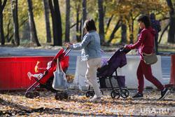 Работы по благоустройству ЦПКиО. Курган, ремонтные работы, мамы с детьми, цпкио, строительные работы, проход закрыт, детская коляска, молодая мама, благоустройство парка