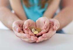 Клипарт depositphotos.com, мелочь, монеты, детские руки, социальное пособие, детские пособия, материальные выплаты, льготы детям