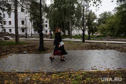 Ремонт дорог. Екатеринбург, парк, плитка, ремонтные работы, сквер за оперным театром, пешеходная часть, осень, осенняя погода
