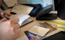 Коллектор выписывает платежку, коллектор, долги, пластиковые карты, долг, коллекторы, деньги