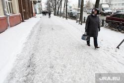 Уборка города после снегопада. Екатеринбург, зима, скользкий тротуар, непогода, гололед