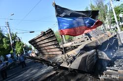 Мариуполь. Мародерство и пожар в поспешно оставленной военными воинской части. Украина, флаг донбасс, бронетехника