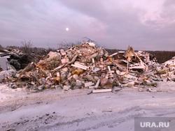Граница несанкционированной свалки и скотомогильник с сибирской язвой. Свердловская область, поселок Рудный, мусор, отходы, свалка, несанкционированная свалка