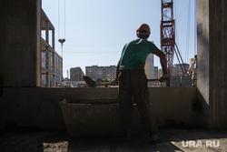 Строительство школы в 145 микрорайоне. Магнитогорск, лопата, труд, цемент, рабочий с лопатой, строитель, стройка
