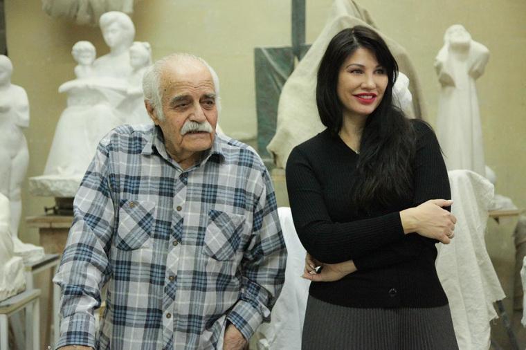Ирина Текслер в мастерской скульптора Вардкеса Авакяна. Челябинск