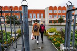 Школа в селе Долгодеревенское, где пикетировали старшеклассники. Челябинская область, школьный двор, школа, школьники