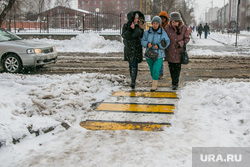 Город в снегу. Курган, пешеходный переход, город в снегу, нечищенная дорога