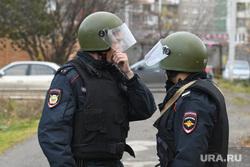 Место убийства Ксении Каторгиной в Орджоникидзевском районе. Екатеринбург, полицейские, каски, полиция, оцепление, боевая готовность