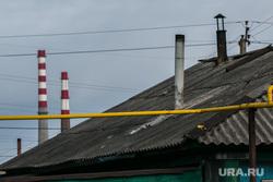 Свалка мусора в частном секторе города не перекрестке улиц Чкалова и Зеленой. Курган, трубы, крыша дома, частный сектор
