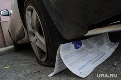 Виды Екатеринбурга, парковка, газета, спущенное колесо, автомобиль, предвыборная агитация