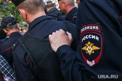 Акция правозащитника Льва Пономарева у здания ФСБ на Лубянской площади. Москва, полиция, шеврон мвд, полицейский шеврон