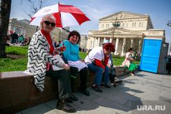 Первомайская демонстрация в Москве на Красной площади. Москва, пенсионерка, зонтик, большой театр, город москва, отдых горожан, солнечная погода