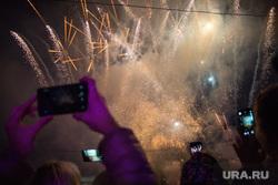 Открытие «Часов обратного отсчета», которые показывают сколько времени осталось до 300-летия города. Пермь, сотовый, телефон, салют, мобильник