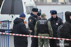 Люди несут цветы к месту убийства Бориса Немцова. Москва, чрезвычайная ситуация, полиция, лента ограждения, следственный комитет россии