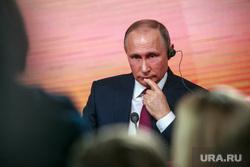 Ежегодная итоговая пресс-конференция президента РФ Владимира Путина. Москва, портрет, путин владимир, задумался